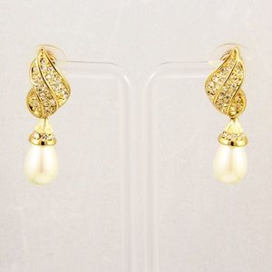 Stunning gold tone and Pearl earrings
